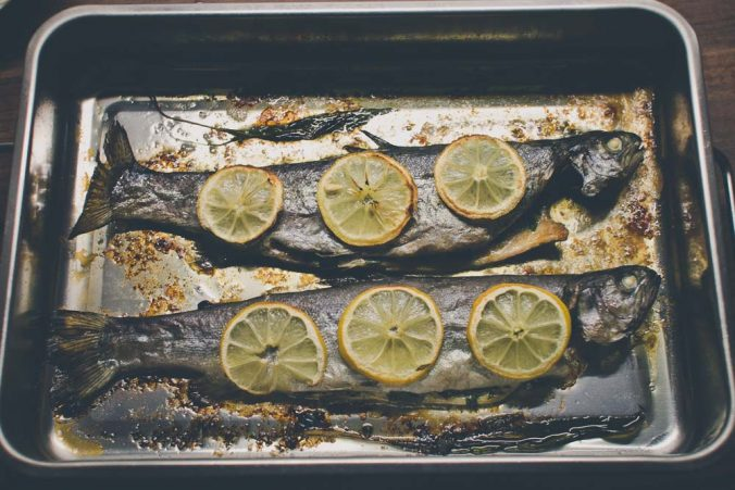 Pečený pstruh na masle s citrónmi