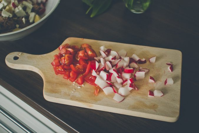 Krájanie redkvičky a paradajok