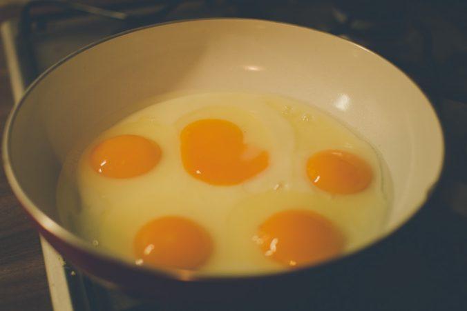 Tekuté vajíčka na panvici